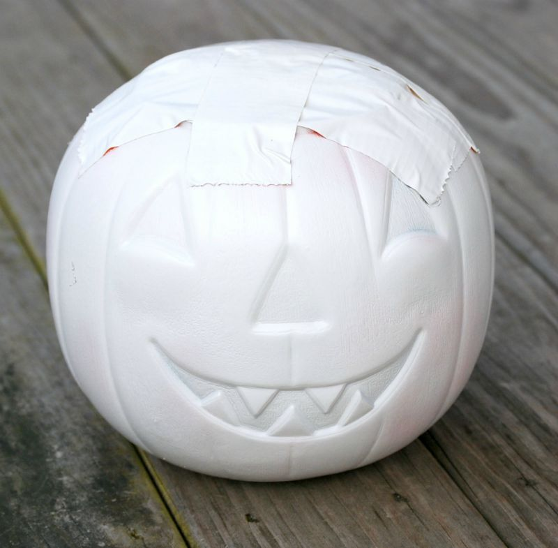 This Plastic Pumpkin Bucket Makeover is a great dollar store craft that'll let you more your decor from Halloween to Fall in a snap!